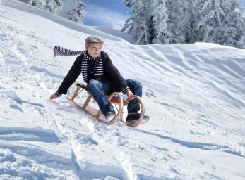 Schlitten im Schnee junge mit schal-fokuspunkt-3DVisualisierungen-Werbefotografie-Werbefotograf-Fotograf-Berlin-Tempelhof