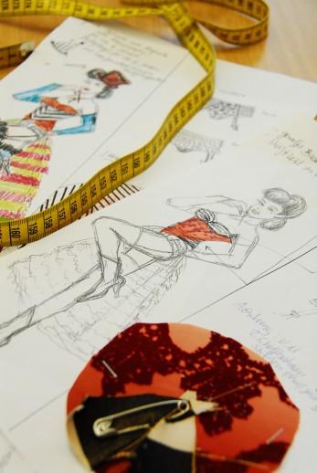 Friedrichstadtpalast Tanzgruppe Modedesign Maßband Skizze-fokuspunkt-Werbefotografie-3DVisualisierungen-Fotograf-Berlin-Tempelhof